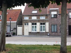 Op een boogscheut van Brugge vindt u in het pittoreske centrum van Koolkerke deze charmante en grotendeels gerenoveerde dorpswoning terug. Deze wonin