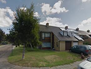 Op te frissen halfopen bebouwing in de agglomeratie van Brugge.<br /> <br /> Gelijkvloers met keuken, vrij ruime woonkamer, toilet en garage. Verdiepi