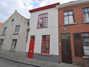 Deze instapklare en recent gerenoveerde stadswoning is gelegen in het hartje van Brugge nabij de Vesten, de Rijen en de Kruispoort. De woning werd vol