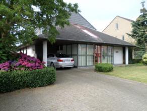 ruime en lichtrijke villa met bijgebouw Mooi afgewerkte villa in het centrum van Beernem, vlakbij winkels en met goede verbindingen. De indeling is al