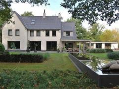 Prachtig residentieel gelegen villa op een terrein van om en bij de 2,5 ha. De woning werd in het jaar 2007 volledig vernieuwd en afgewerkt met duurza