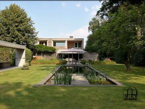 Ruime moderne villa omringd door een magnifieke tuin met vlotte verbinding naar kust en Brugge centrum. Perceelsopp. 2733 m². Zeer veel lichtinva