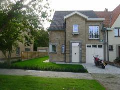 Ruime 4-slaapkamerwoning te Sint-Pieters. Deze woning is zeer rustig gelegen maar toch vlakbij het centrum van Brugge. De woning omvat: voortuin met o