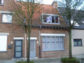 Te renoveren woning met tuin gelegen nabij de kerk van Sint-Jozef! Deze te renoveren woning bestaat op het gelijkvloers uit een inkom, ruime living me