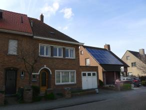 Ruime bemeubelde gezinswoning die vlakbij het centrum van Brugge en meerdere invalswegen gelegen is. Deze bemeubelde woning omvat: voortuin met korte
