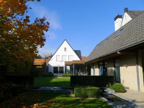 Rustig gelegen 3-slaapkamervilla met magifiek aangelegde tuin en zwembad. De stijlvolle aanbouw (2002) verbindt de keuken met een lichtrijke leefveran