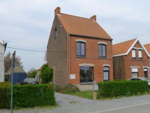 Deze gezellige woning is gelegen nabij het centrum van Maldegem in een rustige straat. De woning omvat: Op het gelijkvloers: inkom met toegang tot een