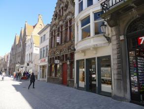 Handelsgebouw op absolute commercile topligging in Brugge, in de Noordzandstraat, centraal tussen de Markt en Het Zand. Indeling:Gelijkvloers (71m&sup