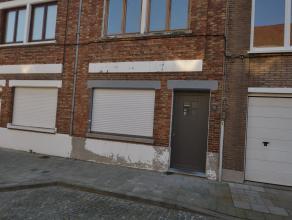 Volledig gerenoveerde woning gelegen te Brugge. Deze woning omvat een inkomhall met trap, een ruime living, een keuken, een badkamer, 3 slaapkamers en