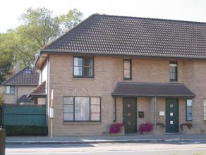 instapklare woning te Diksmuide-Woumen omvattende een inkom-/traphal met apart toilet, een mooie en klare living, een ingerichte open keuken met aansl