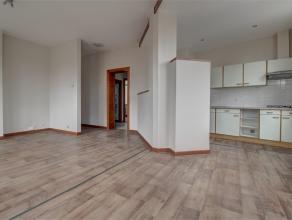 Lumineux appartement deux chambres dans une petite copropriété avec ascenseur et peu de charges (50 euro). Composé comme suit : u