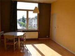 Situé dans un petit immeuble proche des transports et de l'école européenne, agréable appartement 1 chambre offrant 56 m2