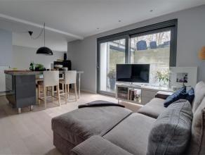 Situé au rez-de-chaussée avec terrasse privative, superbe et spacieux studio de 55 m2 entièrement rénové en 2012, e