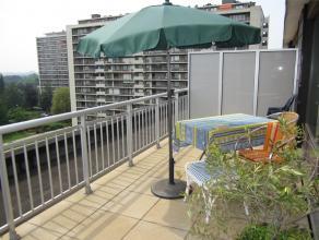 Situé à deux pas de l'école européenne de Laeken, des transports et commerces, agréable appartement-penthouse (id&e