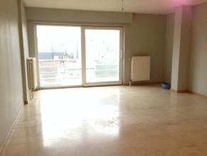 Centraal gelegen appartement op de 2de verdieping van de residentie Kamoen. Dit appartement bestaat uit: - inkomhal; - leefruimte; - open, ingerichte