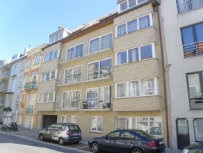 Zeer ruim appartement in Residentie Zeeaster gelegen nabij de Grote Markt van Blankenberge. Inkom, 2 aparte toiletten, grote living met veel lichtinv