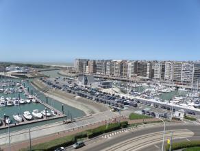 Droomt u van een eigen 'exclusief' stekje aan de kust? Dan is dit uw kans..Het dakappartement (100m² incl.terras) biedt vooraan een adembenemend