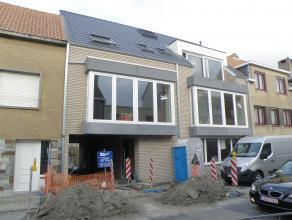 Laatste appartement in Residentie Evendijk te huur. Omvattend, inkom, living, keuken, berging, toilet, badkamer, 2 slaapkamers, terras achter, garage
