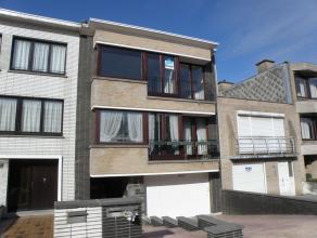 Gerenoveerd appartement gelegen op rustige ligging, nabij zeedijk en centrum. Inkom, living, aparte keuken, badkamer, toilet, 2 slaapkamers, parkeerpl