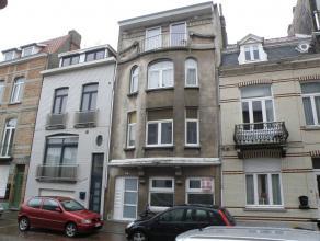 Instapklaaar, zonnig en goed gelegen gemeubeld appartement in kleine residentie. Omvattend : Inkom, living met keuken, slaapkamer, terras, op de overl