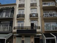 Dit ongemeubeld appartement met 1 slaapkamer is centraal gelegen op de Grote Markt en beschikt over een inkomhall, woonkamer, ingerichte keuken en bad