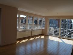 Modern en ruim 2-slaapkamerappartement, met grote natuurlijke lichtinval en balkon.  Op de ruime woonkamer sluit een volledig nieuw ingerichte keuken