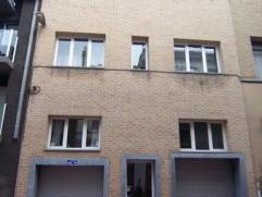 Pal in het centrum en vlakbij het station ligt dit zeer ruim appartement op het 1e verdiep.  Het heeft 3 slaapkamers, 2 bergingen, een halfopen keuken