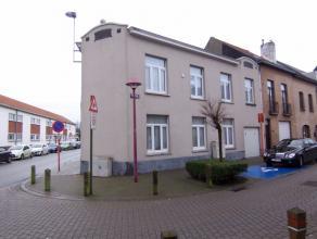 App. te huur met 2 slpks, 1e verdieping van een kleinschalig gebouw in de Van Maerlantstraat (hoek met G. Gezellestraat).Indeling : living met klein t