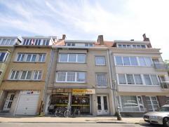 Een goed gelegen opbrengsteigendom bestaande uit een groot handelsgelijkvloers 484 m² (actueel superette), 2 appartementen en 1 studio - allen ve
