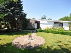 Een goed gelegen bungalow met grote tuin vlakbij centrum Gistel - bouwjaar 1965 - 837 m² grondoppervlakte - inkomhal met apart toilet - living va