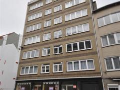 Appartement op de 7°verdieping met lift - vlakbij centrum Oostende.   Inkomhal ruime living 32m² - aparte half-ingerichte keuken - 2 slaapk