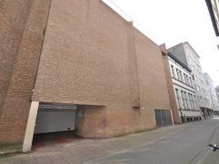 Ruime garagebox nummer 3 - 1° verdieping in centraal gelegen parkingcomplex - automatische inrijpoort aan de straatkant - vrij 1 december 2014.