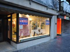 Opvallend handelsgelijkvloers 75m² met kelder - uitstekend gelegen in residentiële woonzone - met een aantrekkelijk klantenpotentieel - vlak