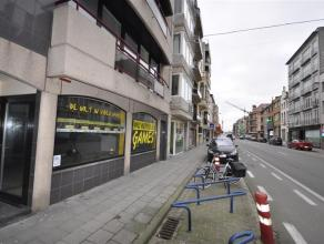 Een groot handelsgelijkvloers van 245 m² - langs drukke invalsweg Oostende - 4 etalages - 2 ingangen - kleine keukenhoek en toilet aanwezig - kan