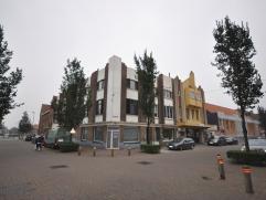 Een handelsgelijkvloers geschikt voor diverse doeleinden - opvallende hoekligging - winkelruimte 40 m² met bureel van 16 m² - berging en apa