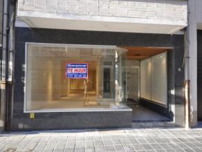 Een centraal gelegen handelsgelijkvloers vlakbij Kapellestraat en Wapenplein schoppingcentrum Oostende - winkelruimte 40 m² - 4 meter etalage - g