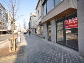 Modern handelsgelijkvloers in nieuwbouwcomplex aan invalsweg Oostende - nabij Petit Paris - 90m² winkeloppervlakte + kelder 15 m² - ingerich