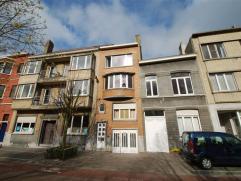 Volledig opgefrist appartement op aangename ligging - 1° verdieping zonder lift - inkomhal - living 20 m²  - vernieuwde ingerichte keuken -