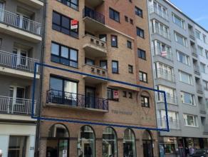 Standingvol 3-slaapkamer appartement op centrumlocatie nabij Kapellestraat - 1°verdieping met lift.  Ruime inkomhal - lichtrijke living 30m&sup2