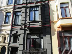 Smaakvol vernieuwd appartement met 2 slaapkamers op de 1ste verdieping van een gerenoveerd herenhuis in de mooie Belle Epoque wijk.  Vernieuwde voor-