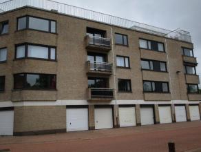 Mooi 3 slaapkamer appartement gelegen regio Sint Jan. Er is een ruime living met heel veel lichtinval. Half ingerichte keuken. Terras vooraan. Er zijn