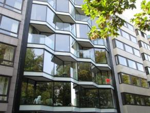 Prachtig nieuwbouw appartement gelegen aan het Leopoldpark. De living is ruim met een prachtige eiken vloeren parket. Er is een open ingerichte keuken