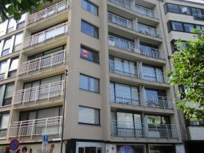 Mooi appartement op de hoek (3de verdiep) met uitzicht over het Leopold-I plein. Terras met avondzon. Volledig ingerichte keuken in nieuwe staat. 1 Sl