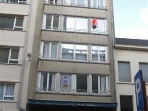 Ruim appartement met drie slaapkamers dichtbij promenade. Er is een ingerichte keuken en een badkamer met ligbad.