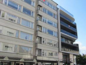 Zeer ruim appartement bij Petit Paris en dicht bij het commercieel centrum. 6° verdieping en met 3 grote slaapkamers. Open zicht en gelegen op sle