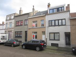 Rustig gelegen woning met zuid gericht terras, omvattende: woonkamer met open keuken, 4 ruime kamers. handige kelder, Ideaal huis voor jong gezin. Kle