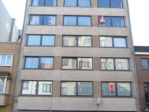 Ruim drie slaapkamer appartement gelegen aan het Petit Paris. Er is een ruime living in eiken parket. Grote ingerichte leefkeuken met ruime berging vo