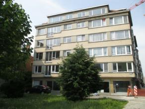 Volledig vernieuwd 2 slaapkamer appartement gelegen te Oostende in het centrum nabij het Leopold Park. Living in laminaat, volledig ingerichte keuken,