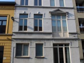 Centraal gelegen ruime gezinswoonst met 3 slaapkamers en zolderstudio. Binnenkoer met vernieuwde aanbouw. Smaakvol gerenoveerd met behoud van authenti