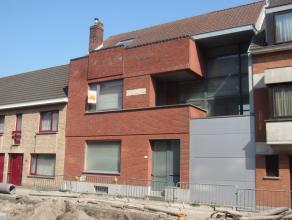 Rustig gelegen woning met zonnig terras, omvattende: woonkamer met open keuken, bureau, mezzanine, 3 ruime kamers en 2 badkamers. Handige kelder &eacu